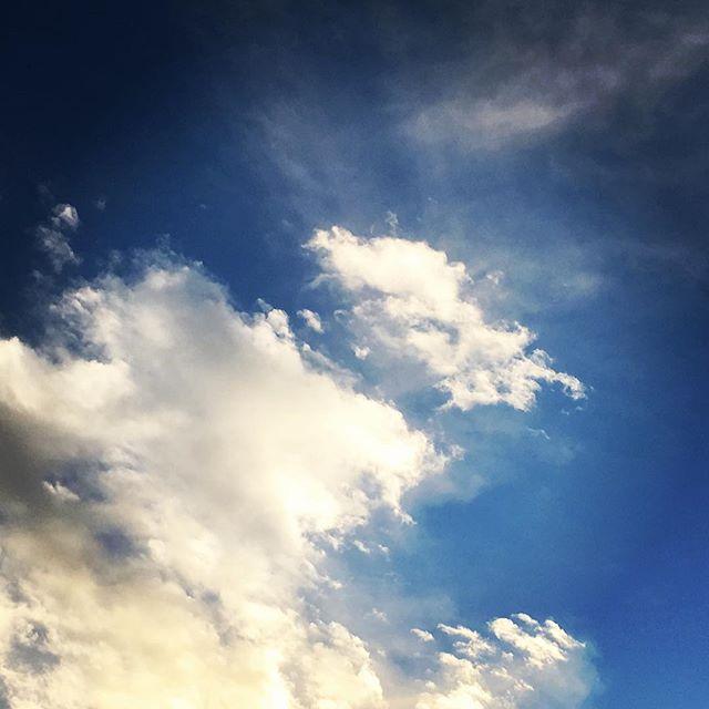 【ぐもにん2231】よく噛んで味わい感じて消化する。食べ物も出来事も。今日も「笑顔の選択」と。#goodmorning #beautifulsky #bluesky #cloudart #clouds #sky