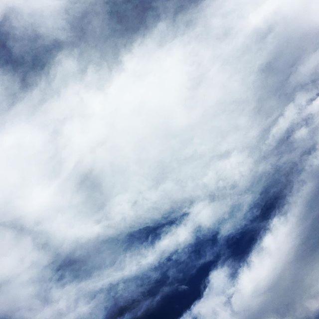 【ぐもにん2228】突破する。今日も「笑顔の選択」と。#goodmorning #beautifulsky #bluesky #cloudart #cloud