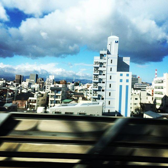 【ぐもにん2230】目に見えるもの見えないものすべてにオープンでいる。今日も「笑顔の選択」と。#goodmorning #beautifulsky #bluesky #cloudart #clouds #train