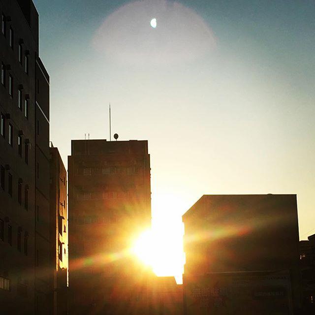 【ぐもにん2287】笑えるか笑えないかは大切な基準。今日も「笑顔の選択」と。#goodmorning #sunset #beautifulsky
