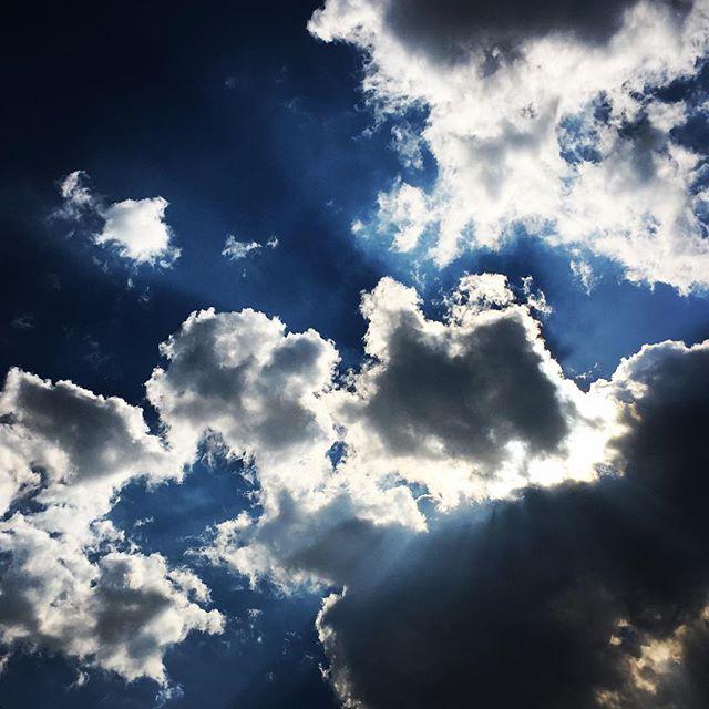 【ぐもにん2298】決めて進む。進む道を楽しむ。未来を描く。今日も「笑顔の選択」と。#goodmorning #beautifulsky #bluesky #cloudart #clouds