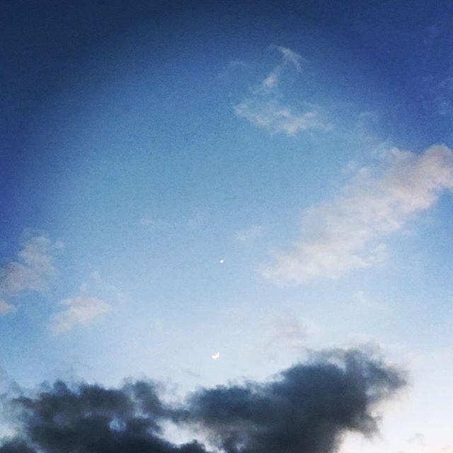 【ぐもにん2292】全ての道は誰かの我が道。重なり合って交差して世界は美しく進んでいる。今日も「笑顔の選択」と。#goodmorning #beautifulsky #sunset #moon #star #venus