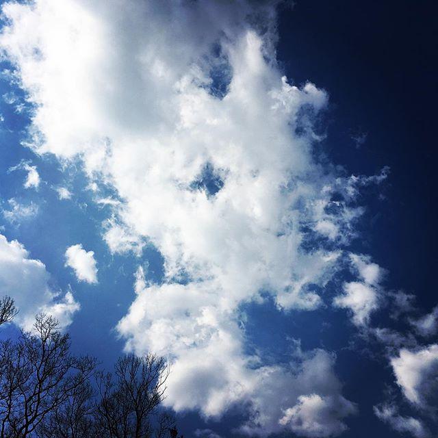 【ぐもにん2299】全ては今ここに揃っている。と気づいて心が喜んだ時の完全な幸福感。今日も「笑顔の選択」と。#goodmorning #beautifulsky #bluesky #cloudart #clouds #sora