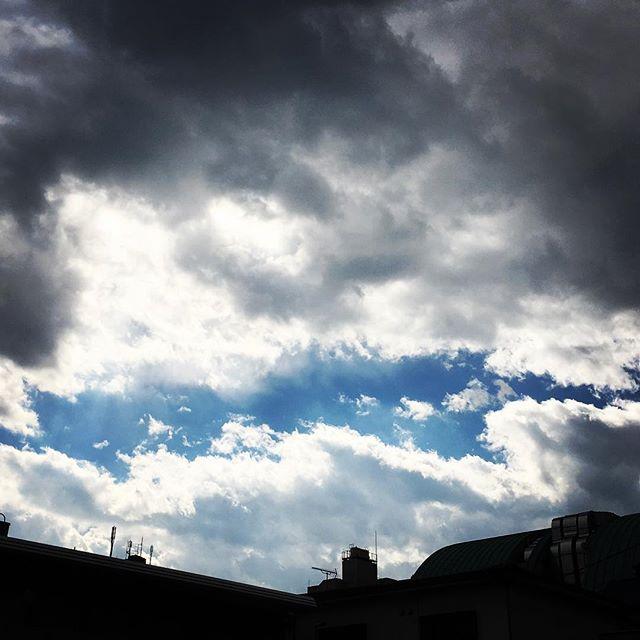 【ぐもにん2300】愛の目で世界を見たら世界は愛で満たされる。今日も「笑顔の選択」と。#goodmorning #beautifulsky #bluesky #cloudart #cloud #blue