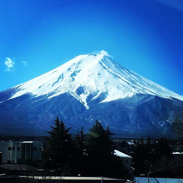 【ぐもにん2304】大丈夫。なんとかなるから大丈夫。今日も「笑顔の選択」と。#goodmorning #fujisan #mtfuji #beautifulsky #bluesky