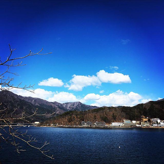 【ぐもにん2311】一歩ずつ進み一歩ずつを味わい楽しむ心の在り方。今日も「笑顔の選択」と。#goodmorning #beautifulsky #bluesky #mountains #lakekawaguchi