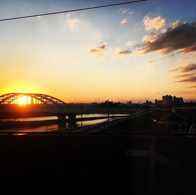 【ぐもにん2330】振り返り考える。未来のために何ができるか。今日も「笑顔の選択」と。#goodmorning #beautifulsky #sunset #river