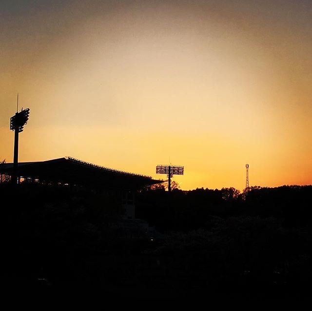 【ぐもにん2369】朗らかに心地よくリラックスして全力で。今日も「笑顔の選択」と。#goodmorning #beautifulsky #sky #stadium #sunset #おはよう #夕日