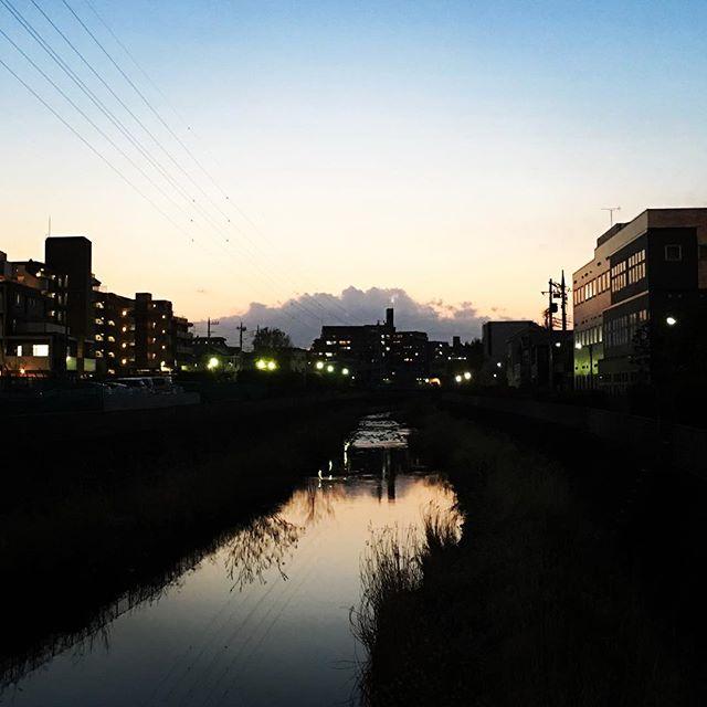 【ぐもにん2371】生を活かす=生活。今日も「笑顔の選択」と。#goodmorning #sky #river #sunset #beautifulsky #beautiful