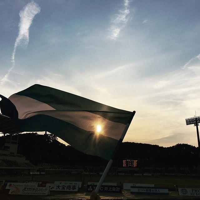 【ぐもにん2402】まっすぐに。前を向いて。今日も「笑顔の選択」と。#goodmorning #sunset #stadium #beautiful #sky #flag