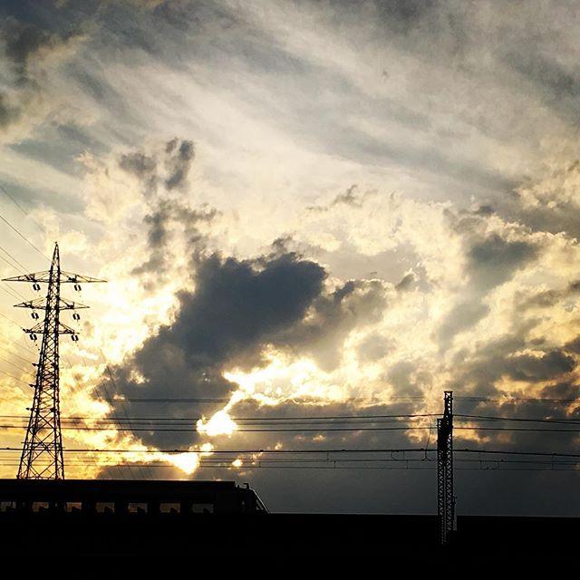 【ぐもにん2409】思うがままにしなやかに強く。今日も「笑顔の選択」と。#goodmorning #beautifulsky #sky #sunset #clouds
