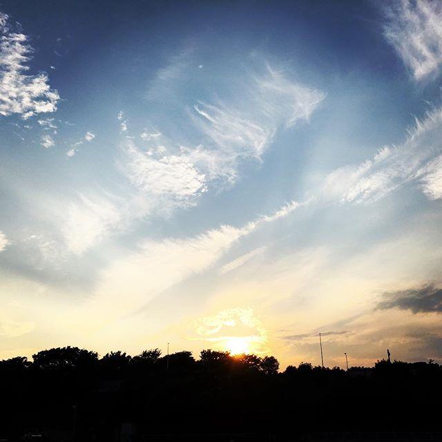 【ぐもにん2435】まずやってみる。今までのことは疑ってみる。今を未来を作り出す秘訣。今日も「笑顔の選択」と。#goodmorning #sky #sunset #clouds #cloudart
