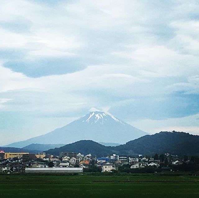 【ぐもにん2444】ためたもの、手放すもの、自分はちゃんと知っている。今日も「笑顔の選択」と。#goodmorning #mtfuji #fujisan #beautifulsky #cloudart