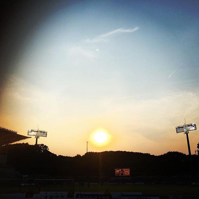 【ぐもにん2450】頭と身体と心のバランス。今日も「笑顔の選択」と。#goodmorning #sunset #sun #bluesky #stadium