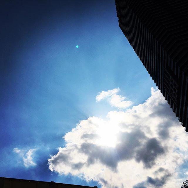 【ぐもにん2452】大きく伸びして深呼吸。行き先見つめてまっすぐGo! 今日も「笑顔の選択」と。#goodmorning #bluesky #blue #cloud #cloudart