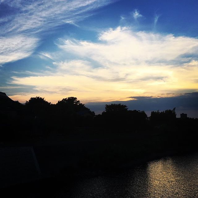 【ぐもにん2455】私は私を楽しむ。私が私を楽しむ。伝播する。今日も「笑顔の選択」と。#goodmorning #sunset #beautifulsky #beautiful #sun #bluesky #sky