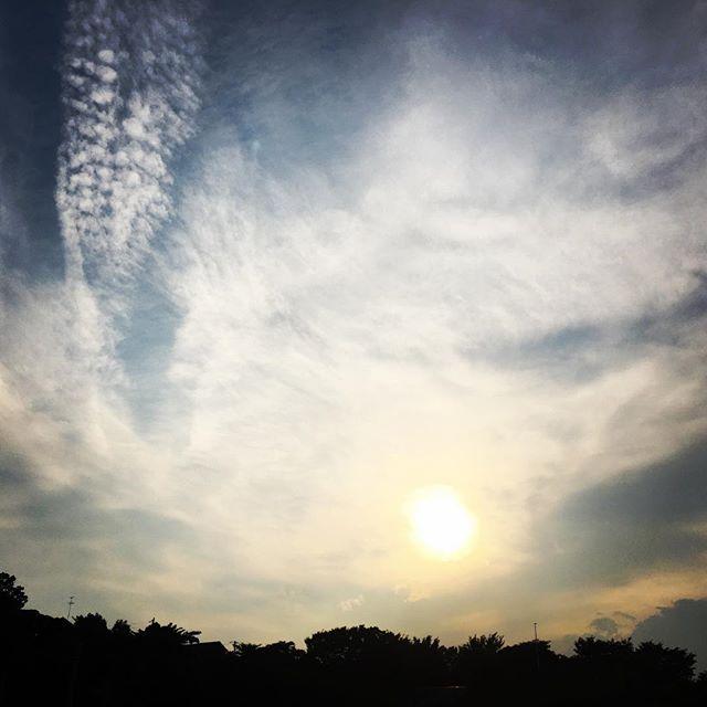 【ぐもにん2459】わかり合う素晴らしさ。正誤ではなく、ただ理解し合うことから。今日も「笑顔の選択」と。#goodmorning #sky #beautiful #beautifulsky #sunset