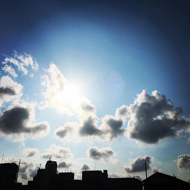 【ぐもにん2462】ここにあってここにはない。今をどれだけ笑顔で過ごすか。今日も「笑顔の選択」と。#goodmorning #beautifulsky #beautiful #sky #blue #beautifulsky #sunlight #sun #cloudart #cloud