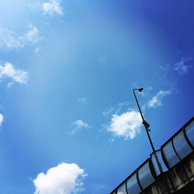【ぐもにん2467】どこを見て何を求めるか。自分自身で決めていい。今日も「笑顔の選択」と。#goodmorning #bluesky #blue #sky #sunlight #cloud