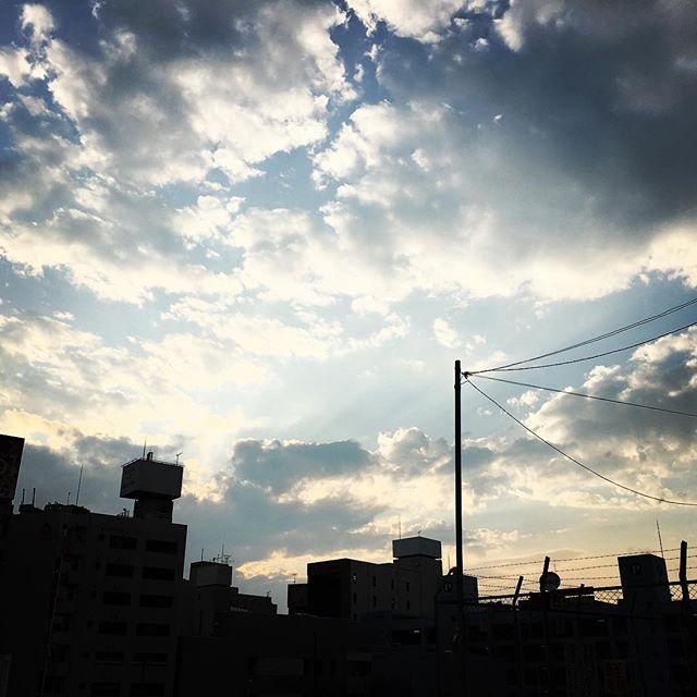 【ぐもにん2512】道は必ずつながっている。戻る道も回り道も同じ道。今日も「笑顔の選択」と。#goodmorning #beautifulsky #beautiful #sky #sunlight #cloudart #clouds #おはよう
