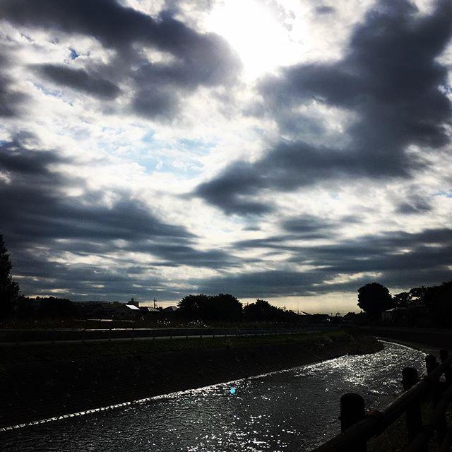 【ぐもにん2565】全ては流れている。今日も「笑顔の選択」と。#goodmorning #beautifulsky #beautiful #sky #river #sunlight #おはよう