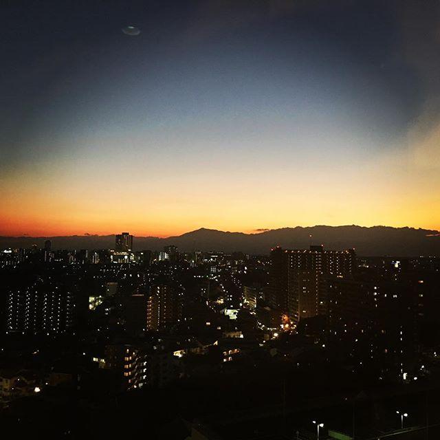 【ぐもにん2575】悩んだら何もしないで脇に置くか、手を動かし始めるか、溜めずに流す。今日も「笑顔の選択」と。#goodmorning #beautifulsky #sunset #beautiful #sky #goodvibes #おはよう