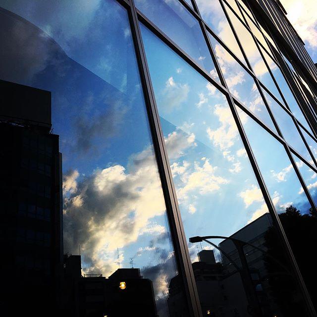 【ぐもにん2577】映し出される本質。今日も「笑顔の選択」と。#goodmorning #mirror #bluesky #beautifulsky #bluesky #beautiful #sky #おはよう