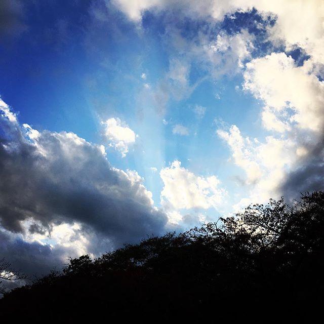 【ぐもにん2578】どこで何を見てどう体験するか、一人一人が違うこと。今日も「笑顔の選択」と。#goodmorning #bluesky #beautifulsky #blue #beautiful #sky #cloud #おはよう