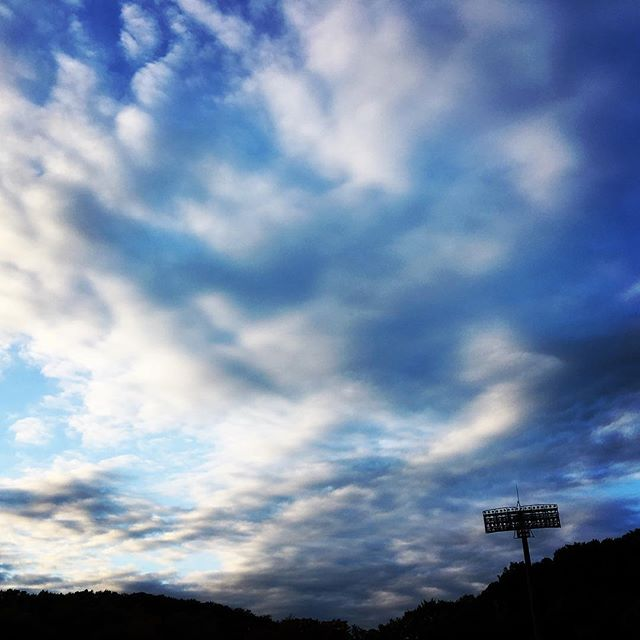 【ぐもにん2579】思い込みに気付くこと。正解は無数にあることを知ること。幸せの秘訣。今日も「笑顔の選択」と。#goodmorning #beautifulsky #bluesky #beautiful #blue #sky #clouds #cloudart #stadium