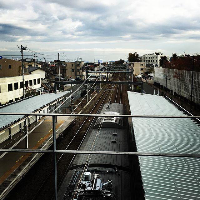 【ぐもにん2585】どこからきてどこに行く。自由自在。今日も「笑顔の選択」と。#goodmorning #beautiful #sky #clouds #train #station #おはよう