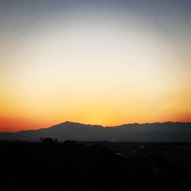 【ぐもにん2601】真っ直ぐに遠くを見て今を生きる。背筋伸ばして深呼吸して。今日も「笑顔の選択」と。#goodmorning #beautifulsky #beautiful #sky #sunset #おはよう
