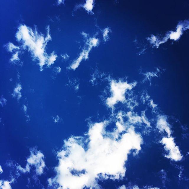 【ぐもにん2611】発した音は響き渡り自分に返ってくる。今日も「笑顔の選択」と。#goodmorning #bluesky #beautifulsky #blue #beautiful #sky #clouds #おはよう