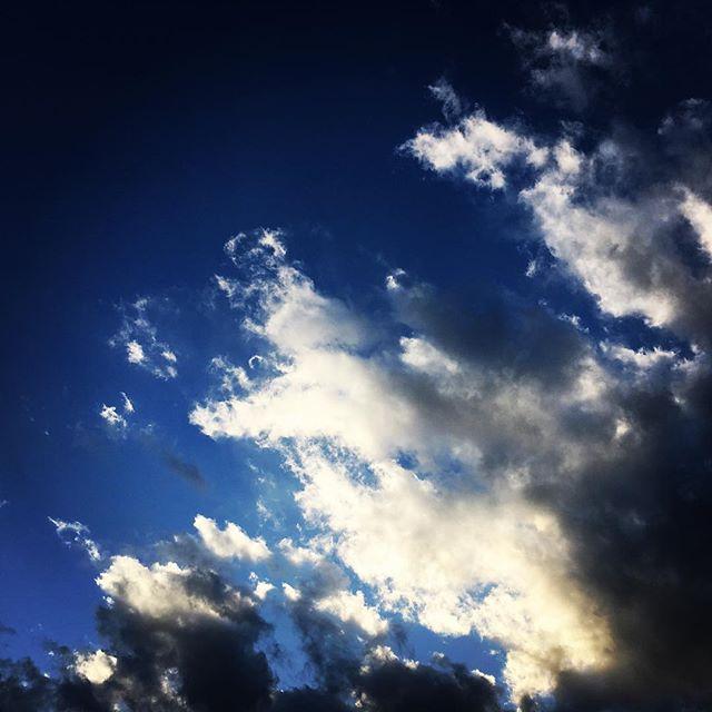 【ぐもにん2608】良い・悪い、正しい・間違いから自由になる。今日も「笑顔の選択」と。#goodmorning #beautifulsky #bluesky #beautiful #blue #sky #clouds #cloudart #おはよう