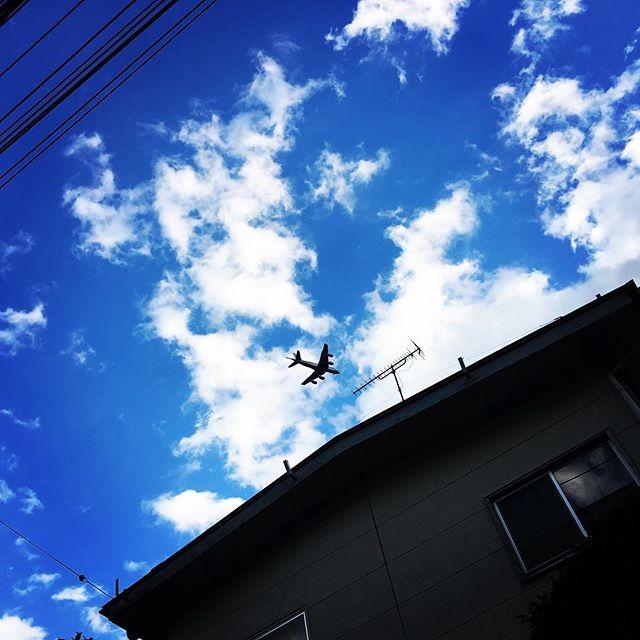 【ぐもにん2615】全てを楽しくする力。今日も「笑顔の選択」と。#goodmorning #bluesky #beautifulsky #blue #beautiful #sky #airplane #photography #iphonephotography #おはよう