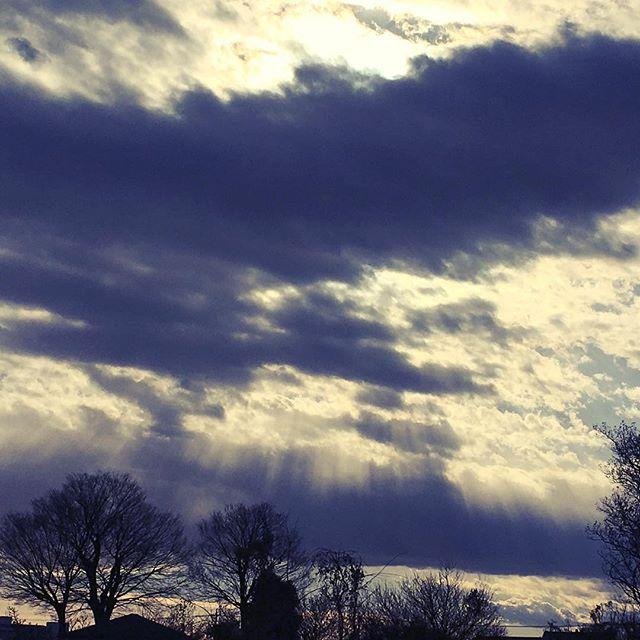 【ぐもにん2031】見えている道が進む道。今日も「笑顔の選択」と。#goodmorning #beautifulsky #beautiful #sky #angelsladder #photography #iphonephotography #おはよう
