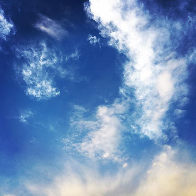 【ぐもにん2038】軽い心で笑顔で全力。今日も「笑顔の選択」と。#goodmorning #bluesky #beautifulsky #blue #beautiful #sky #clouds #cloudart #photography #iphonephotography #おはよう