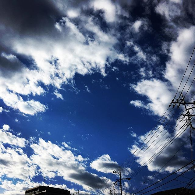 【ぐもにん2028】深呼吸からスタート。今日も「笑顔の選択」と。#goodmorning #beautifulsky #bluesky #beautiful #blue #sky #clouds #cloudart #photography #iphonephotography #おはよう