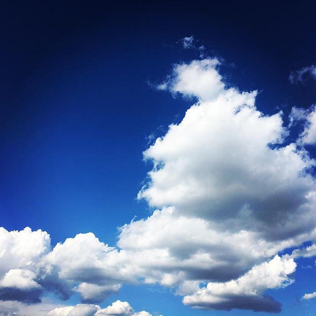 【ぐもにん2666】幸せも大きさも深さも楽しさもぜーんぶ自分の尺度。今日も「笑顔の選択」と。#goodmorning #bluesky #beautifulsky #blue #beautiful #sky #cloudart #clouds #photography #photo #iphonephotography #おはよう