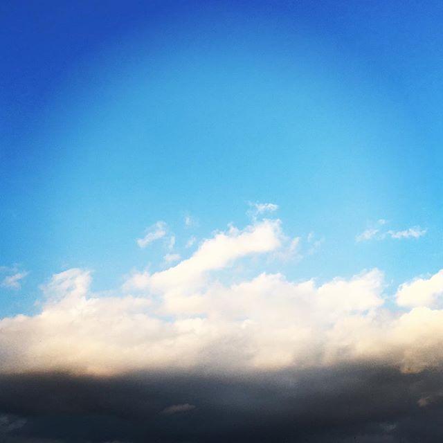 【ぐもにん2669】静と動。どちらも自分。今日も「笑顔の選択」と。#goodmorning #bluesky #beautifulsky #blue #beautiful #sky #cloudart #clouds #photography #photo #iphonephotography #おはよう