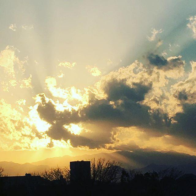 【ぐもにん2668】軽やかに伸びやかに楽しく進む。今日も「笑顔の選択」と。#goodmorning #beautifulsky #beautiful #sky #sunshine #sunset #photography #photo #iphonephotography #おはよう