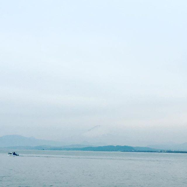 【ぐもにん2693】見たいものほど良く見える。今日も「笑顔の選択」と。#goodmorning #beautifulsky #beautiful #sky #sea #mtfuji #photography #photo #iphonephotography #おはよう #富士山 #わかる?
