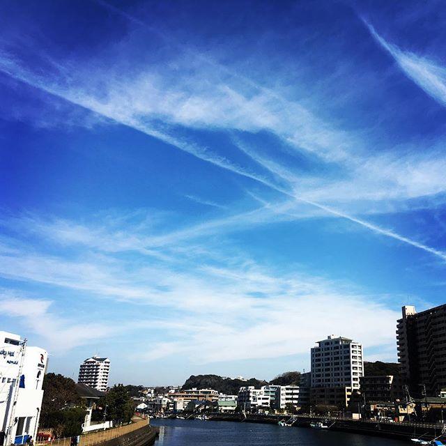 【ぐもにん2690】気持ちが焦るとき、深呼吸して今目の前のことだけ考える。今日も「笑顔の選択」と。#goodmorning #bluesky #beautifulsky #blue #beautiful #sky #cloudart #clouds #photography #photo #iphonephotography #おはよう