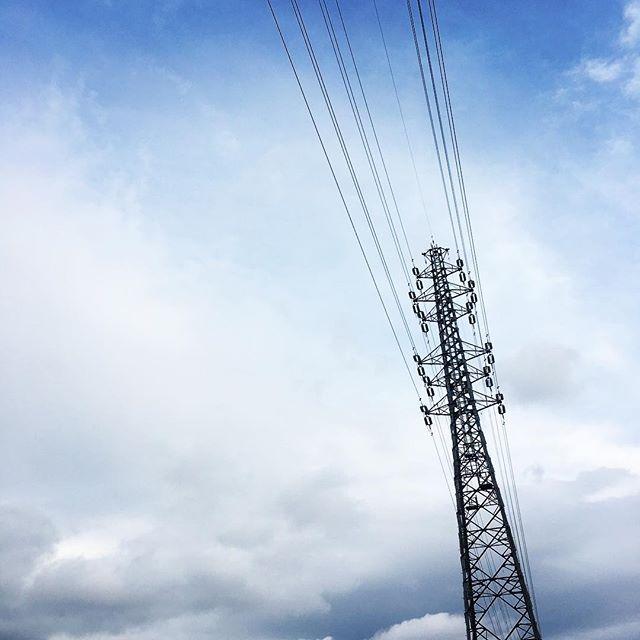 【ぐもにん2730】自由の源も縛り付けているのも自分。好きにできる。いつでもどこでも。今日も「笑顔の選択」と。#goodmorning #bluesky #beautifulsky #blue #beautiful #sky #tower #photography #photo #iphonephotography #おはよう